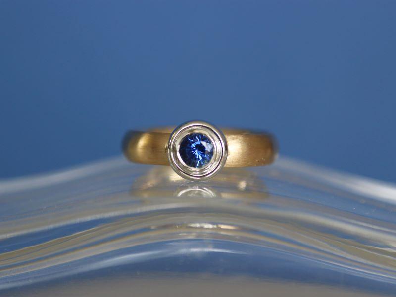 Ring CLASSIC ROYAL Unikat Gelbgold Weissgold Safir 1A