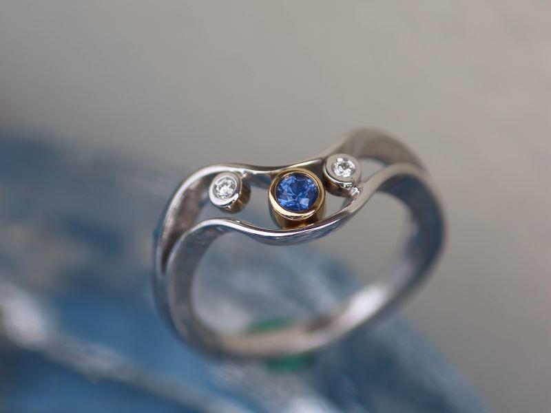 Ring WILDE WELLE Gold Weissgold Safir Brillanten